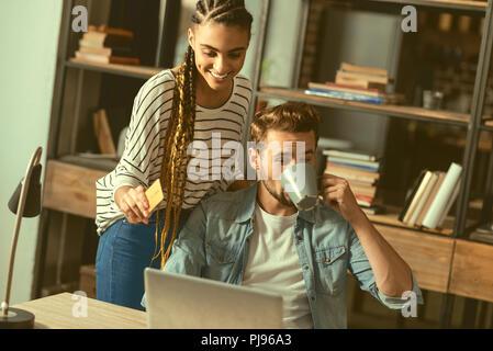 Copain copine et détendue font en ligne shopping together Banque D'Images