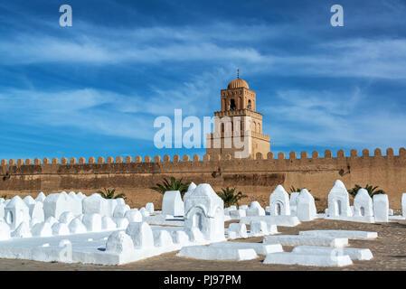 Cimetière et grande mosquée dans le centre historique de la ville de Kairouan, Tunisie Banque D'Images