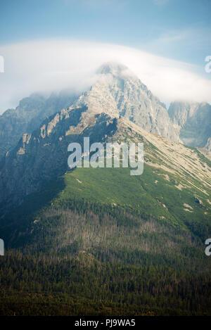 Vue sur le pic Lomnicky Stit couvert de nuages de hautes montagnes Tatras, Slovaquie