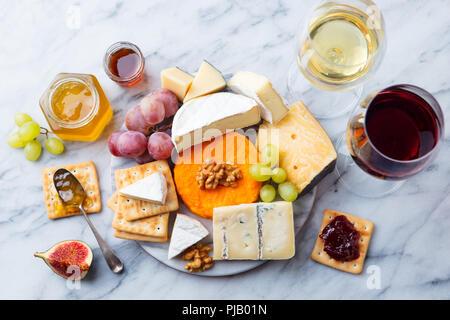 Assortiment de fromages, raisins à vin rouge et blanc dans les verres. En arrière-plan. Vue d'en haut.
