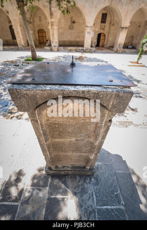 Vue sur le vieux cadran solaire en pierre ancienne dans la cour de la mosquée Ulu (Grand) à Sanliurfa, en Turquie. Banque D'Images