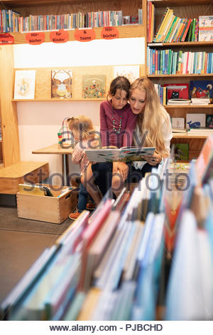 Mother and Daughter reading book in bookstore Banque D'Images