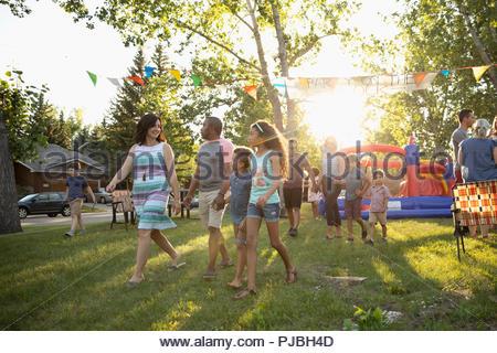 Quartier d'été qui arrivent à la famille block party à sunny park Banque D'Images