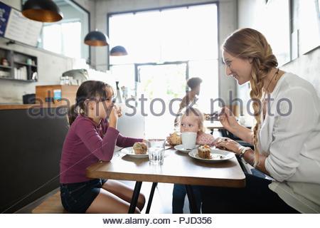 La mère et les filles bénéficiant en dessert cafe Banque D'Images
