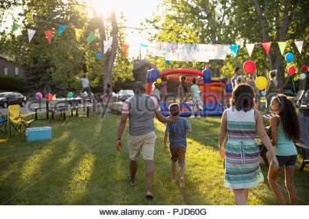Quartier d'été qui arrivent à la famille block party in park Banque D'Images