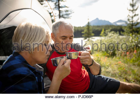 Mature couple drinking hot coffee de camping Banque D'Images