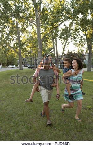 Les parents des enfants en greffant ludique park Banque D'Images