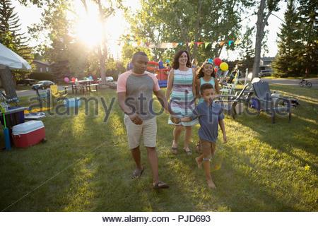Balades en famille au quartier d'été à sunny park block party Banque D'Images