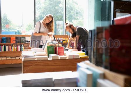 Family shopping en librairie Banque D'Images