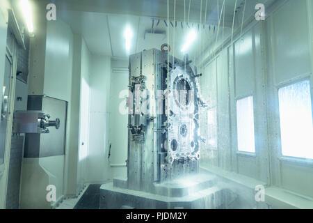 Voir l'intérieur des pièces de machine CNC dans l'usine de boîte de vitesses Banque D'Images