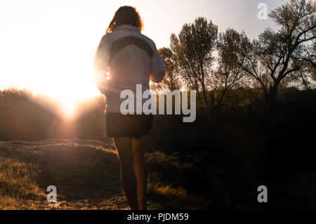 Woman relaxing in zone de camp, Bishop, California, USA Banque D'Images