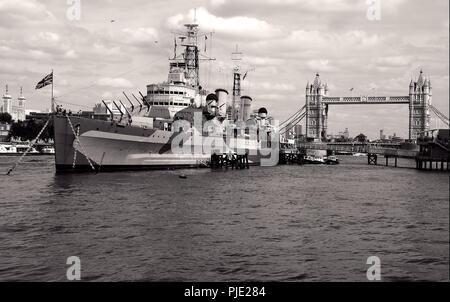 Le HMS Belfast, la WW2 light Cruiser à l'ancre dans le bassin de Londres. À côté de Tower bridge sur la rive sud de la Tamise dans le bassin de Londres Banque D'Images
