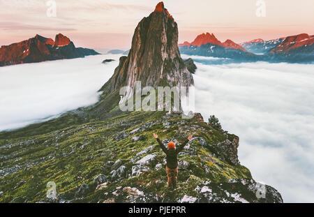 Traveler appréciant sunset mountain adventure Segla randonneur voyage soulevées mains voyageant en Norvège en plein air vacances actives l'harmonie avec la nature Banque D'Images