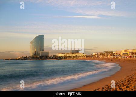 La plage de Barceloneta à Barcelone avec ciel coloré au lever du soleil. Front de Mer, plage, côte en Espagne. Banlieue de Barcelone, Catalogne