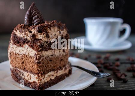 Délicieux morceau de gâteau au chocolat sur fond de table en bois Banque D'Images