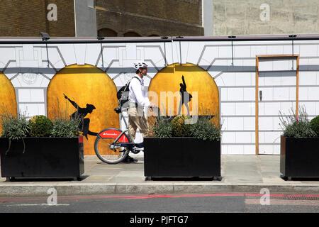 La rue Victoria, Westminster London Angleterre Man avec cycle de Santander par Victoria Palace Theatre Banque D'Images