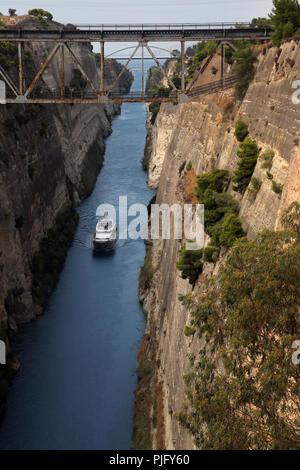 Péloponnèse, Grèce Bateau en Canal de Corinthe Banque D'Images
