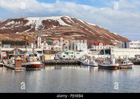 13 avril 2018: Husavik, Nord de l'Islande - l'église, du port et du centre-ville. Banque D'Images