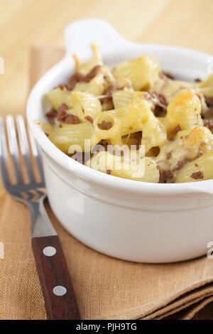 Macaroni au fromage avec du boeuf haché dans le pot blanc Banque D'Images