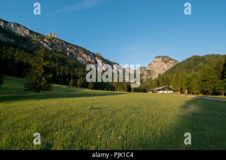 Vtt scène dans l'Längental avec Alm, près de Bad Tölz, Alpes bavaroises, Bavière, Allemagne Banque D'Images