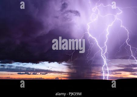 Grève des éclairs d'un orage supercellulaire affaiblissement au coucher du soleil près de Holbrook, Arizona. Banque D'Images