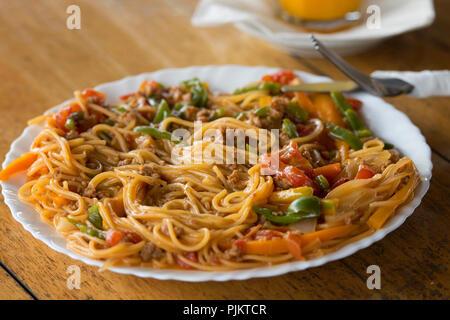Spaghettis à la bolognaise, pâtes servis au restaurant dans le parc national du lac Mburo, Safari coin, l'Ouganda, l'Afrique de l'Est Banque D'Images