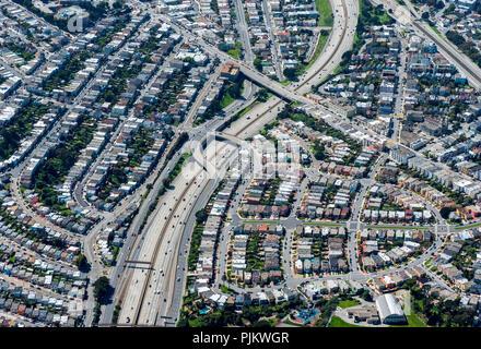 Offres et demandes de logement américain typique à l'autoroute, la pollution par le bruit, voisinage bruyant, South San Francisco, San Francisco, États-Unis d'Amérique, Californie, USA Banque D'Images