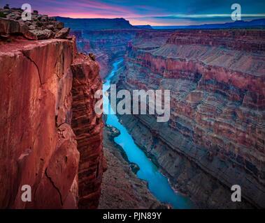 Grand Canyon de Toroweap Point. Le Grand Canyon est un canyon aux flancs abrupts sculptés par le fleuve Colorado dans l'état de l'Arizona.