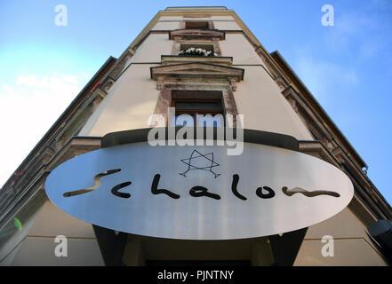 """Hambourg, Allemagne. 05Th Nov, 2018. Le signe de la Jewish restaurant """"chalom"""" dans le centre de Chemnitz. Le soir du 27 août, le restaurant a été attaqué. Sur ce soir, environ 6500 l'homme et environ 1 500 contre-manifestants se faisaient face dans la ville. (À la demande des syndicats de police de dpa dans la modération de débat chase 08.09.2018) Crédit: Hendrik Schmidt/dpa-Zentralbild/dpa/Alamy Live News Banque D'Images"""