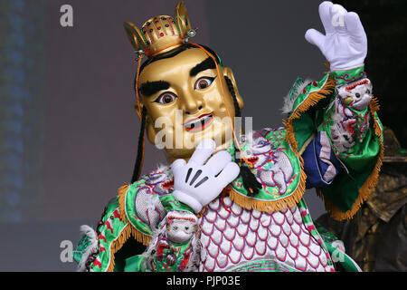 Manchester, UK. 8e Septembre, 2018. Corps géant porté par un humain à la Manchester Passeport pour Taïwan Festival, le plus grand festival de Taiwan au Royaume-Uni, qui apporte de la nourriture et la musique de Taiwan, de la ville, Albert Square, Manchester , le 8 septembre, 2018 (C)Barbara Cook/Alamy Live News Banque D'Images