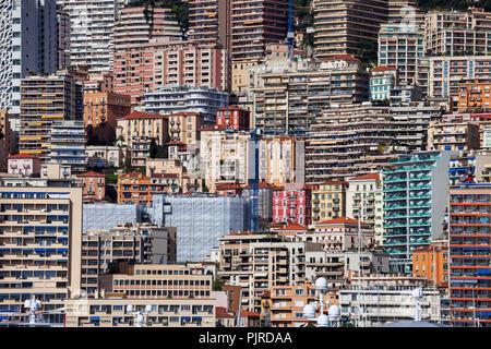 Principauté de Monaco cityscape, milieu urbain à forte densité de population contexte le versant de montagne avec des maisons, immeubles, tours, bloc d'appartements Banque D'Images