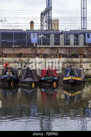 Houseboats sur Regent's Canal à King's Cross, Londres Angleterre Royaume-Uni UK Banque D'Images