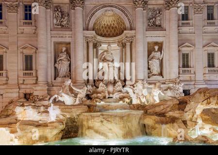 Fontaine de Trevi la nuit Banque D'Images