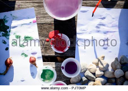 Quelques tasses de peinture utilisée pour les arts et métiers Banque D'Images