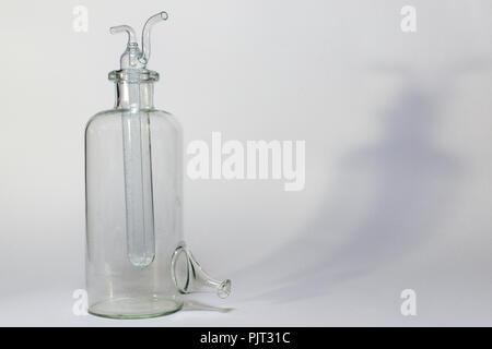 Le composite chargé de l'eau tube à essai avec deux tuyaux de verre courbé, par le haut, sur le côté vide bouteille laboratoire avec tronc (tip) tiré à fond plat. Banque D'Images