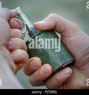 Old mines grenade dans les mains d'un homme Banque D'Images