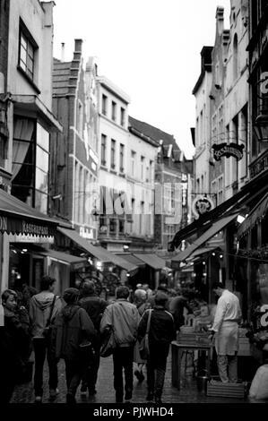 La Rue des Bouchers, rue des bouchers, un lieu de rassemblement pour les touristes avec de nombreux bistros et restaurants de Bruxelles (Belgique, 1993) Banque D'Images