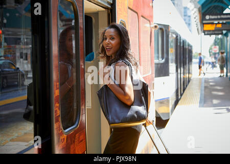 Businesswoman boarding train Banque D'Images