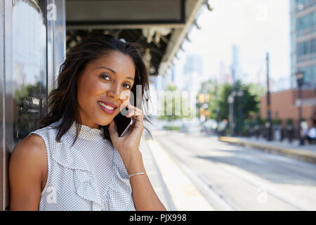 Businesswoman using cellphone in gare Banque D'Images
