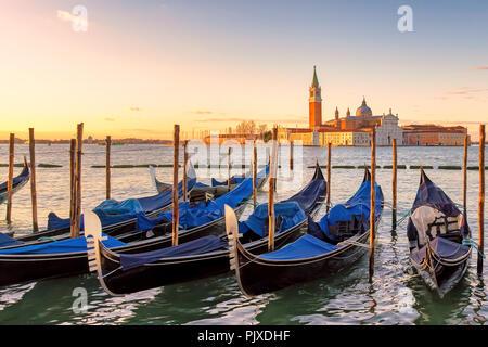 Venise le lever du soleil. Les gondoles de Venise sur la Piazza San Marco au lever du soleil