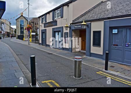 L'augmentation des bornes de protection et de restreindre l'accès au centre-ville via la rue Queen, à Bridgend, S.Wales. Le Horshoes Trois pub est également visible derrière. Banque D'Images