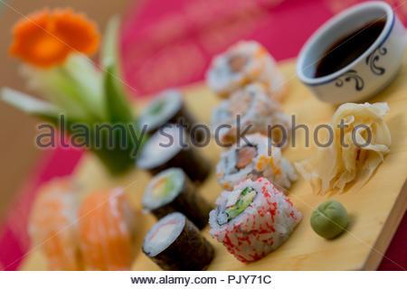 Sushi - sushi Saumon et thon sur platine - repas de poisson Vietnamien Banque D'Images