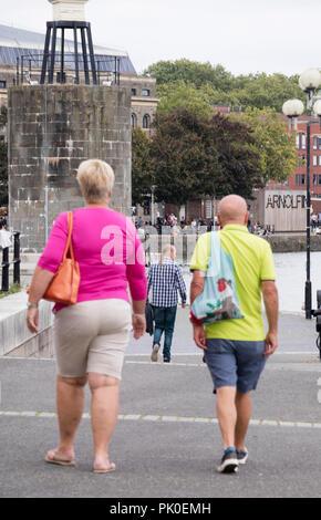 Couple d'âge moyen dans des vêtements, Bristol, England, UK Banque D'Images