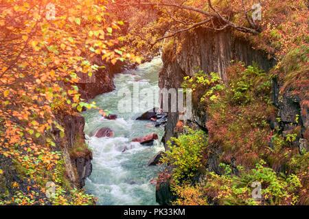 Lever du soleil d'automne dans les montagnes du Caucase sur le Mulkhra river. Haut Svaneti, la Géorgie, l'Europe.