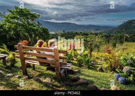 Couple profitant de la vue depuis le Mirador El Silencio, l'Hôtel San Carlos, Costa Rica Banque D'Images