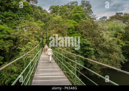 Les touristes sur pont de pierre, le Tenorio Volcano National Park, Costa Rica Banque D'Images