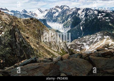 Panorama de montagnes aériennes avec canyon au Glacier d'Aletsch avec montagnes rocheuses sur le premier plan et blanc snowy mountain peaks sur l'arrière-plan Banque D'Images