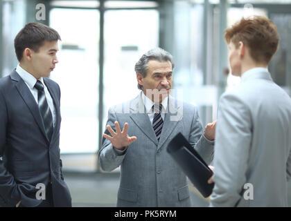 Patron strict de parler avec un employé.photo floue sur fond de bureau Banque D'Images