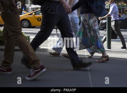 Les piétons circulant sur East 42nd Street sur une chaude journée d'été à Midtown Manhattan, New York. Banque D'Images