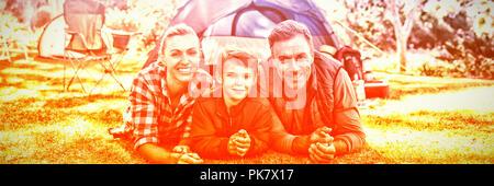 La mère du père et fils située à l'extérieur de la tente de camping Banque D'Images